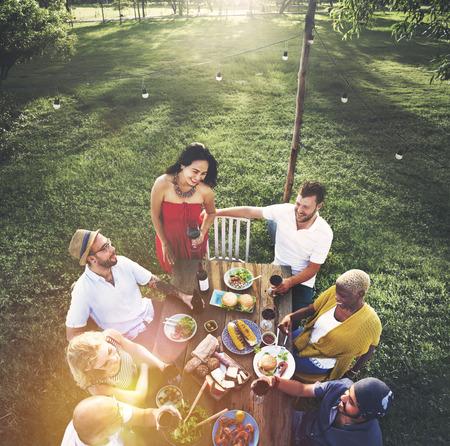 Freunde Freundschaft Outdoor Dining Menschen Konzept Standard-Bild