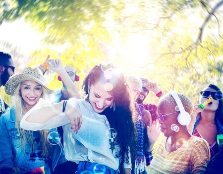 mujer alegre: Partido Amistad Bailar Música Felicidad Concepto de verano Foto de archivo