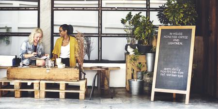 Beber café al aire libre descansando juntos concepto de ocio