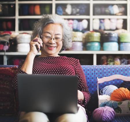 abuela: L�nea tecnolog�a de la comunicaci�n Concepto Social Media Foto de archivo