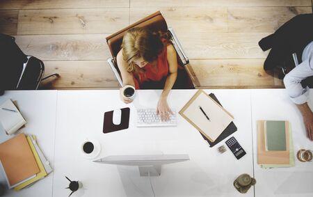 empleados trabajando: La gente de negocios Uso de ordenador, concepto de trabajo
