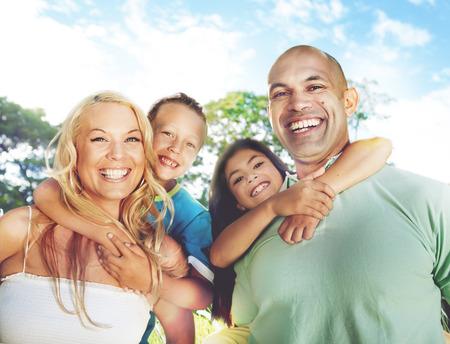 resor: Familj leker utomhus barn fält begrepp Stockfoto