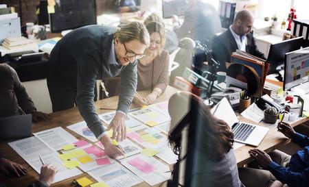 ビジネス人々 の戦略分析オフィス コンセプトを計画