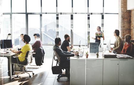 empleado de oficina: Personas ocupadas Concepto Hablar de Trabajo Foto de archivo