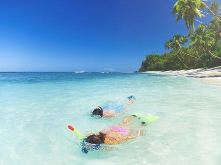 Pares de la playa Snorkeling verano concepto de vacaciones