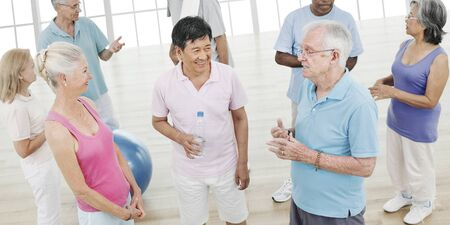 equilibrio: Ejercicio del balance Tercera edad entrenamiento de gimnasia de la actividad Concept