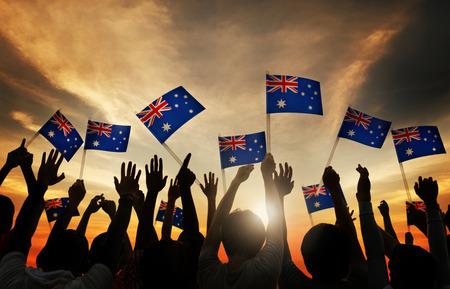 personas saludando: El grupo de personas que agitan australianas en Contraluz