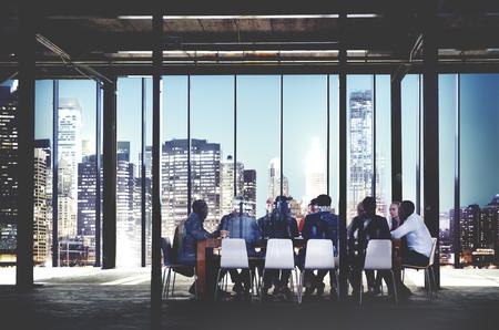 obreros trabajando: Reuni�n del equipo de negocio Discusi�n del concepto del lugar de trabajo Foto de archivo