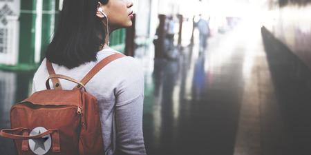 personas escuchando: Señora asiática Mochila viajeros concepto de ciudad