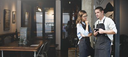 바리 스타 커피 숍 웨이터 웨이트리스 커플 앞치마 개념