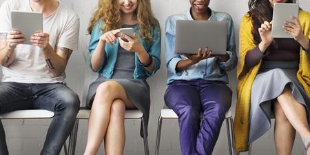 Verschiedene Leute Elektronische Geräte-Konzept Standard-Bild