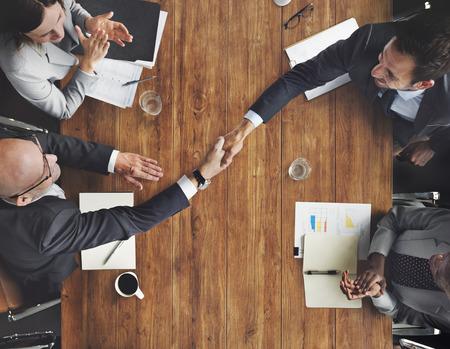 saludo de manos: Equipo de negocios apret�n de manos meetng Concepto Applaud