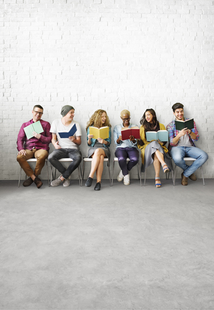 Diverse Mensen Boeken lezen Study Concept
