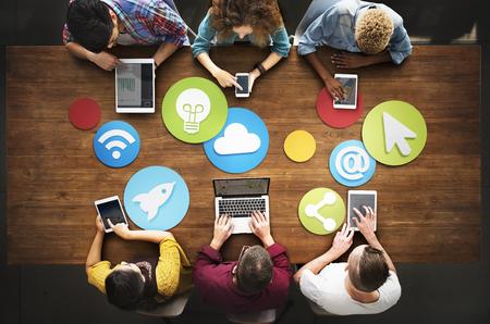 다양한 사람들 전자 장치 미디어 개념