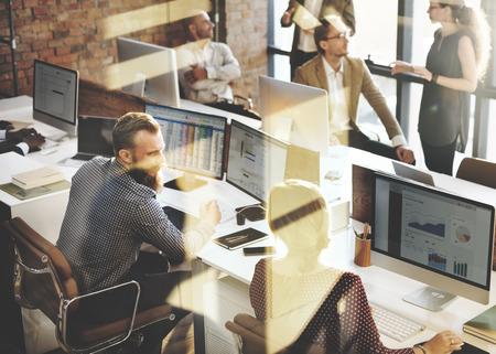 obreros trabajando: Negocio de la comercializaci�n del equipo Discusi�n concepto corporativo