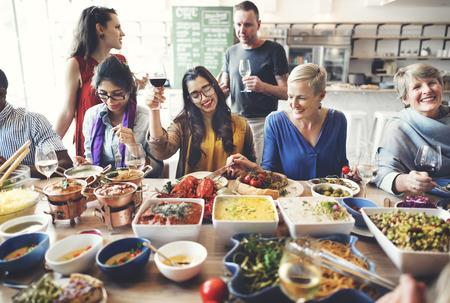 familia cenando: Amigos Fiesta Buffet Disfrutando del concepto del alimento Foto de archivo