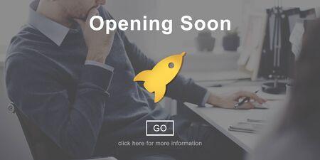 obrero trabajando: Próxima apertura Publicidad nota de información al concepto Foto de archivo