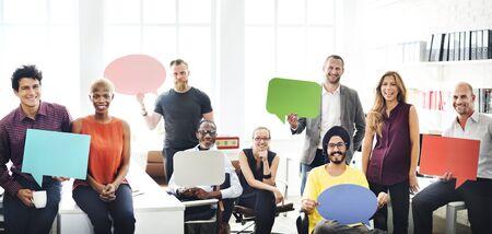 Geschäfts-Team-Holding-Sprechblase Zeichen Konzept Standard-Bild - 53960740
