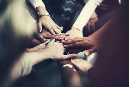 Il lavoro di squadra Unire le mani di supporto tra loro concetto Archivio Fotografico