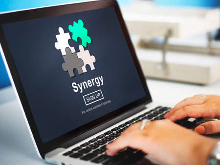 sinergia: La sinergia del trabajo en equipo concepto mejor colaboración Juntos