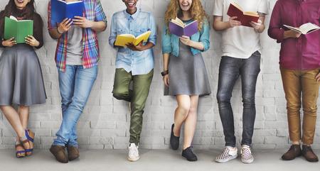 Etudiants Jeunes Adultes Reading Education Concept Connaissance