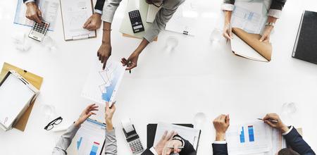 estad�stica: La gente de negocios an�lisis de estad�sticas Estructura financiera Foto de archivo