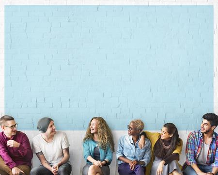 riÃ â  on: Amigos que hablan Comunicación Discusión Concepto Unidad Foto de archivo