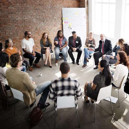 personas dialogando: Concepto de negocio de equipo Seminario de Estrategia Corporativa