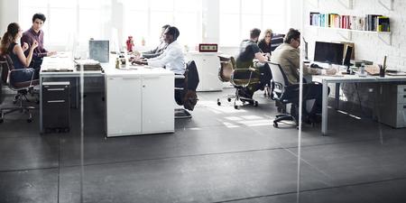 Equipo de negocios ocupado el lugar de trabajo Hablar del concepto Foto de archivo