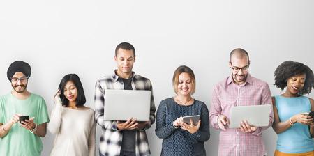 Группа людей цифрового подключения Концепция устройств Фото со стока