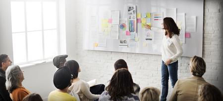 Presentazione di affari in un ufficio alla moda