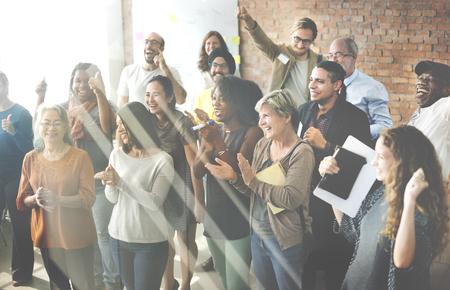 femmes souriantes: Hommes d'affaires équipe Applaudir Achievement Concept