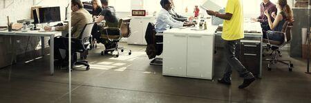 personas trabajando en oficina: La colaboración de planificación concepto compartido de apoyo a las empresas