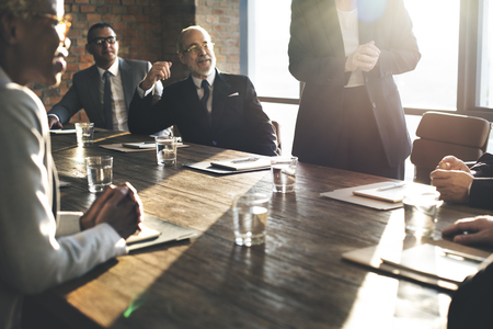 liderazgo empresarial: Reunión del Equipo de negocios Lluvia de unión concepto Foto de archivo