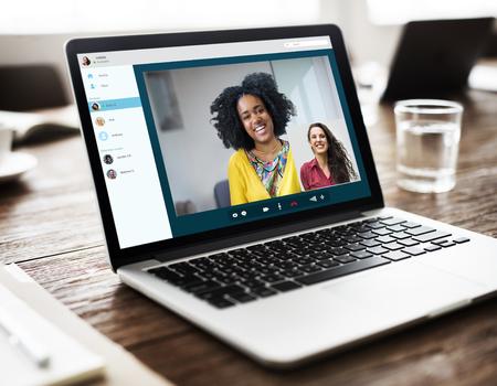 monitor de computadora: Amigos chica vídeo chat Concepto Conexión