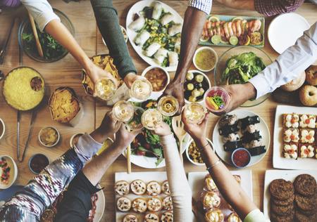 празднование: Друзья Счастье Наслаждаясь Dinning ЕДА Концепция