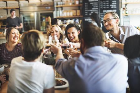 AMIGOS: Comer Concepto del partido de la cena Saludos