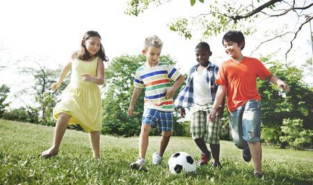 子供のサッカー楽しい幸福概念を遊んでいる子供たち