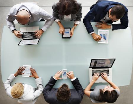 비즈니스 사람들이 다양한 전자 장치 개념