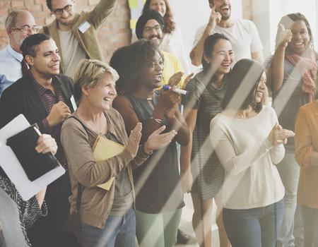 Bedrijfsmensenteam die Voltooiingsconcept toejuichen