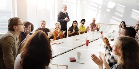 pizarra: Reunión de discusión Hablar intercambiar ideas en concepto Foto de archivo