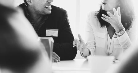 reunion de trabajo: La gente de negocios que habla Concepto Discutiendo Foto de archivo