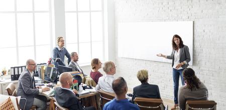 lluvia de ideas: La gente de negocios Reunión Conferencia intercambio de ideas concepto