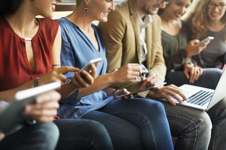 다양한 사람들이 전자 장치 연결 개념 스톡 콘텐츠