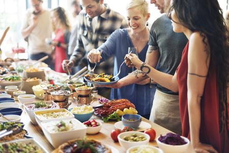 hombre comiendo: La comida del buffet Catering Comer Comer partido concepto Sharing