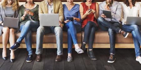 사람들: 다양성 사람들이 연결 디지털 기기 브라우징 개념