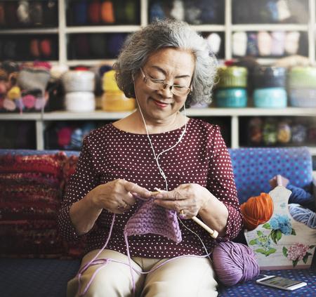 mujer alegre: Manía ganchillo Tercera edad manía Concepto de la artesanía