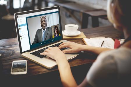 llamando: La llamada de videoconferencia Charlando concepto de la comunicación