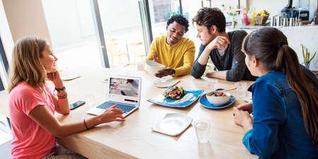reunion de personas: Comida hecha en casa comiendo alimentos saludables Cata alegría Concept