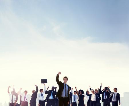 manos levantadas: Gente de negocios las manos levantadas en la azotea de la ciudad Concepto Foto de archivo